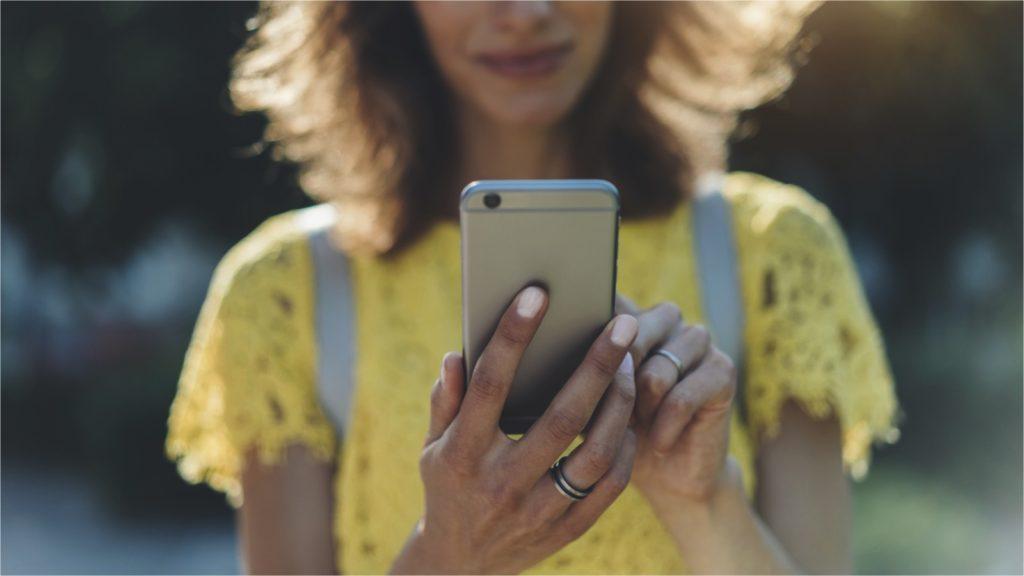 iphoneを使う女性