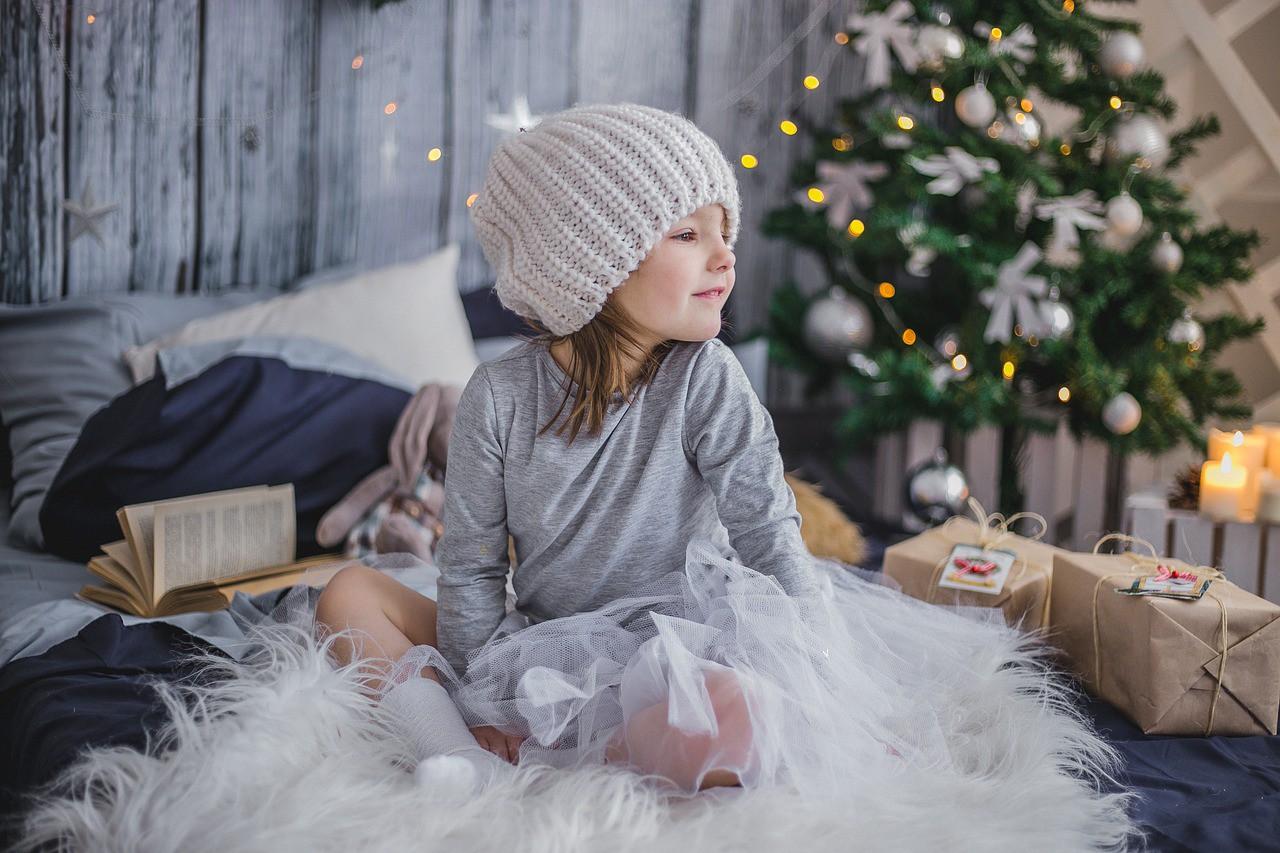 girl-christmas-present